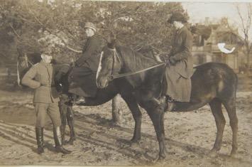 Aimee oma mehe Herbert Wrenckega ja õe Alexandraga